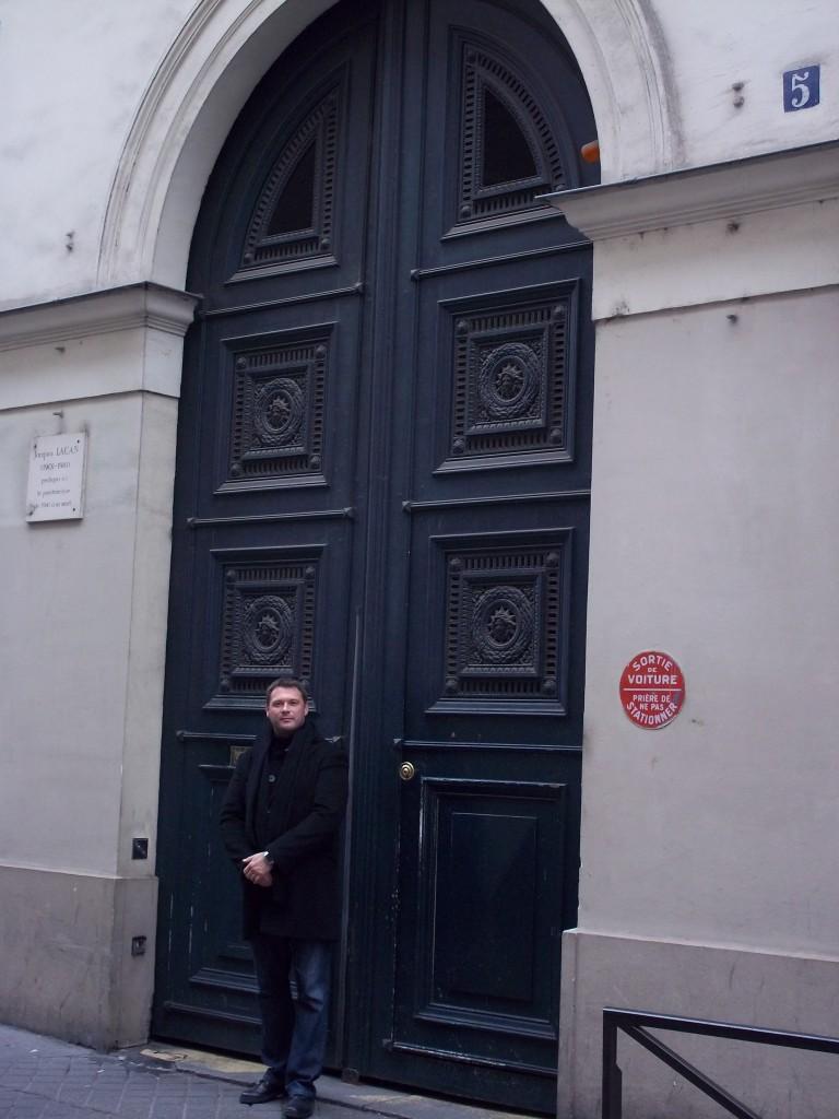 Devant le 5 rue de Lille Chez Jacques Lacan